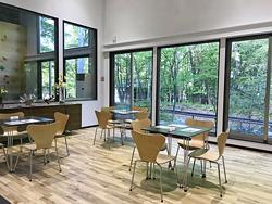 外の風景も楽しめる休憩・待合室「ガラステラス」