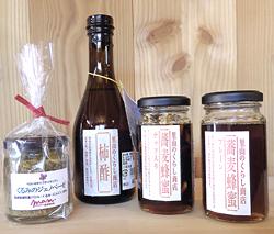 (左から)「くるののジェノベーゼ」(970円)、「柿酢」(1300円)、「蕎麦蜂蜜(ナッツ入り)」(1400円)「蕎麦蜂蜜」(1080円)