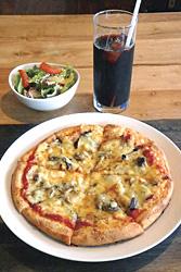 きのこのピザ(サラダ付きで1000円)とアイスコーヒー(400円)