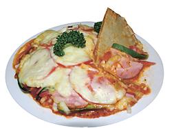 もちもちした食感の「そばピザ」