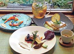 ランチコースの一例。コーヒーか紅茶、パンが付く。(グラスの飲み物はオーガニックデトックスティー モーヒート 486円)