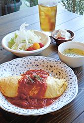 ランチの「Oreganoオムライス(オリジナルトマトソース)」(880円)。サラダ、スープ、ミニデザート、さらに10月下旬までは飲み物付き