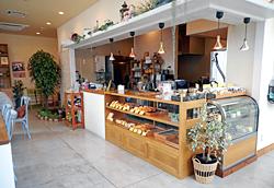 おしゃれで明るい店内は待ち合わせにも便利。20種類以上の焼きたてパンや、焼き菓子が並ぶ