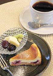 ケーキセット。この日はリンゴのコンポート入りチーズケーキ