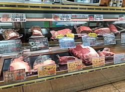 目利きの店長が選んだプレミアムな牛肉がずらり。オーダーカットがおすすめ