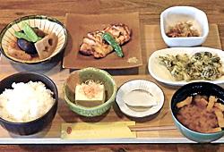 「信州福味鶏 御膳」(1650円)。かまど炊きごはんと福味鶏(ふくみどり)のみそ焼き、野沢菜のてんぷら、煮物、ご近所の「白ほたる豆腐店」の冷ややっこ、豚汁など