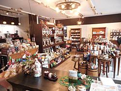 コーヒーやおいしいお菓子、雑貨が並ぶ店内。試飲コーナーもくつろげる雰囲気