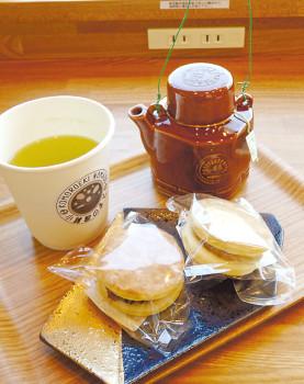 ▲緑茶とオリジナル菓子「第三動輪」(各150円)※セット割り引きあり